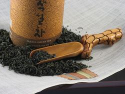 Loose tea leaves in Tea Scoop w/ Crackled Handle, on top of Pulbit linen table place mat.